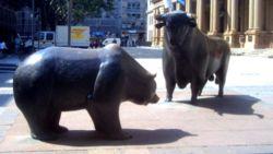 Статуя 'Бык и Медведь' около биржи во Франкфурте (Германия)